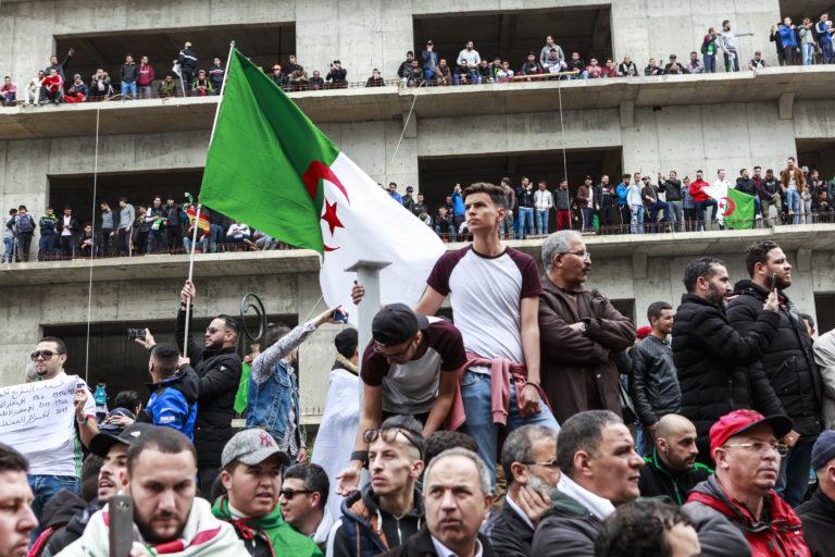 """Troisième vendredi de mobilisation, des millions d'Algériens manifestent pacifiquement à Alger, contre la prolongation du mandat de Bouteflika et du régime appellé """"Le systhème"""". Rue Didouche Mourad. Alger, Algérie, le 15 mars 2019."""