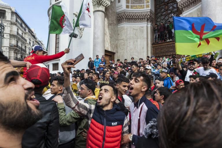 Manifestation et Rassemblement contre un arrêté demandant aux étudiants de partir en vacances 15 jours plus tôt et contre l'interdiction de rester dans les chambres des campus pendant ses vacances, les étudiants collégiens et lycéens manifestent dans la rue à Alger.Depuis, ces deux décisions ont été annuler.Place de la Grande Poste, Alger, Algérie, le 10 mars 2019. ©lahcène ABIB