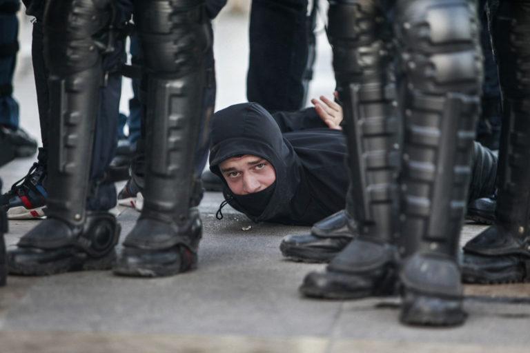Manifestation des gilets jaunes A Paris, acte 15. arrestation d'une personne tres jeune. le parcours va de l-arc de triomphe jusqu-au trocadero. Paris, le 23 fEvrier 2019.