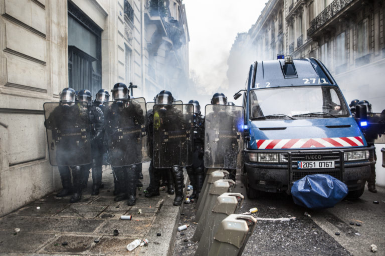 """Manif des """"Gilets Jaunes"""" Acte 4. Paris sur les Champs-Elysées, le 08 décembre 2018©lahcène ABIB"""
