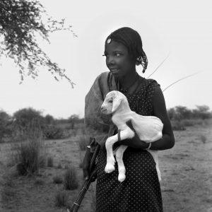 Maya Bracher – Jeune fille Peul avec agneau, Kaedi, 1958